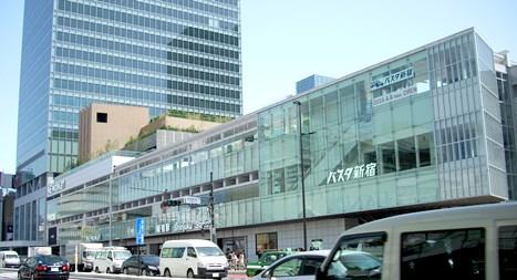 NEWomanとバスタ新宿(筆者撮影)