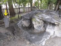 マグロ石奉納の碑